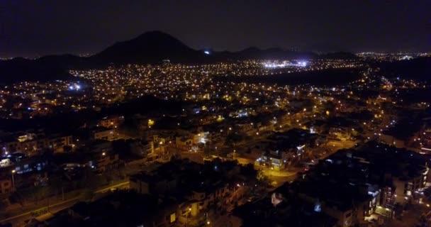 Luftaufnahme des Viertels La Molina bei Nacht.