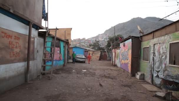 Videó Cantagallóról, Shipibo Conibo közösségéről Lima Peruban. Rimac kerület, San Cristobal domb a háttérben.