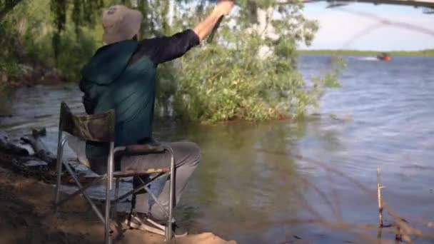A halász horgot dob a folyóba. 4k