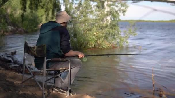 A halász élesen rángatja a horgászbotot..