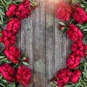 Rózsaszín pünkösdi rózsa virágok sötét fából készült háttér szöveg adható át. Anyák napi keret és a tavaszi háttér koncepció. Üdvözlőkártya vagy esküvői meghívó. Lapos feküdt, top view