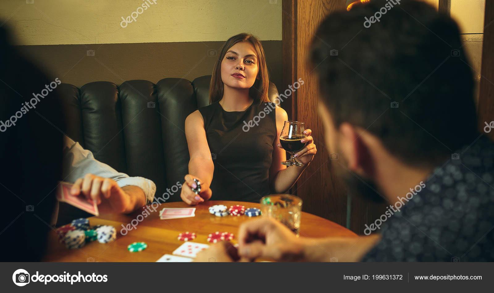 Мужчины за столом играют в карты онлайн ограбление казино в hd