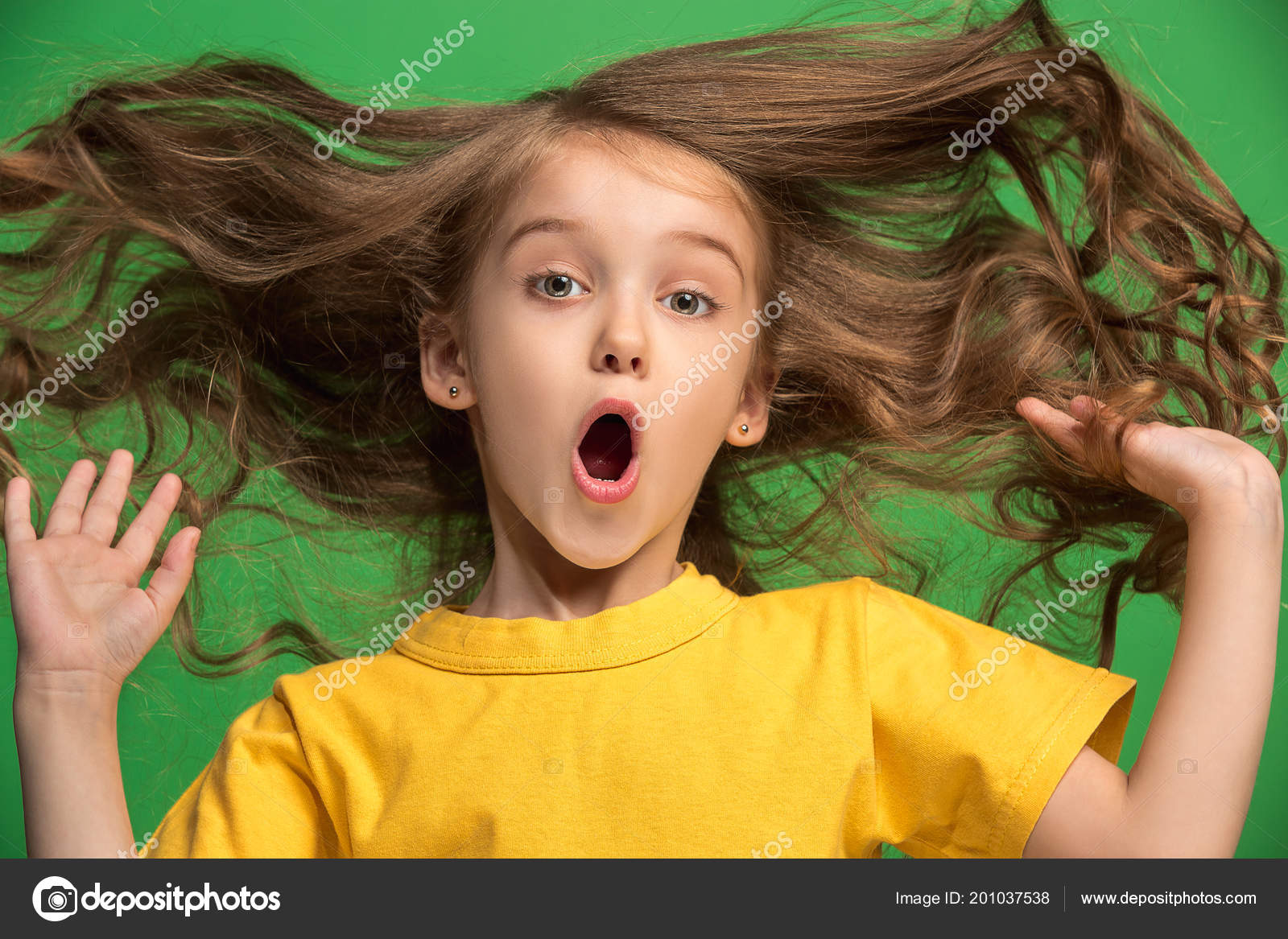Beautiful teen girl looking suprised isolated on green — Stock Photo
