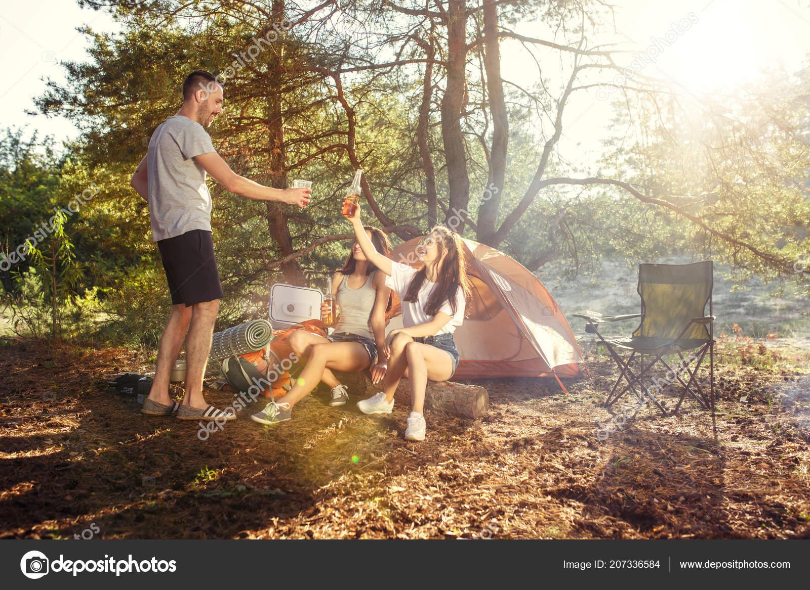 Секс групповой в лесу фото, Три худенькие молодухи раздеваются в лесу секс фото 23 фотография