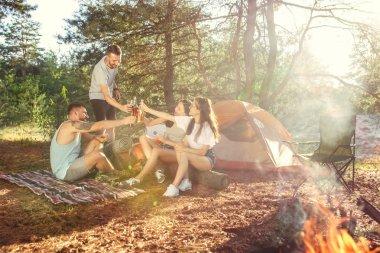 Parti, orman, kadın ve erkek grubunun kamp. Onlar rahatlatıcı