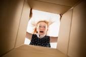 Dívka, rozbalení a otevření krabice a pohledu dovnitř