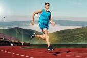 Fotografie muž v trati. Fit muži fitness běžec běhat na stadionu