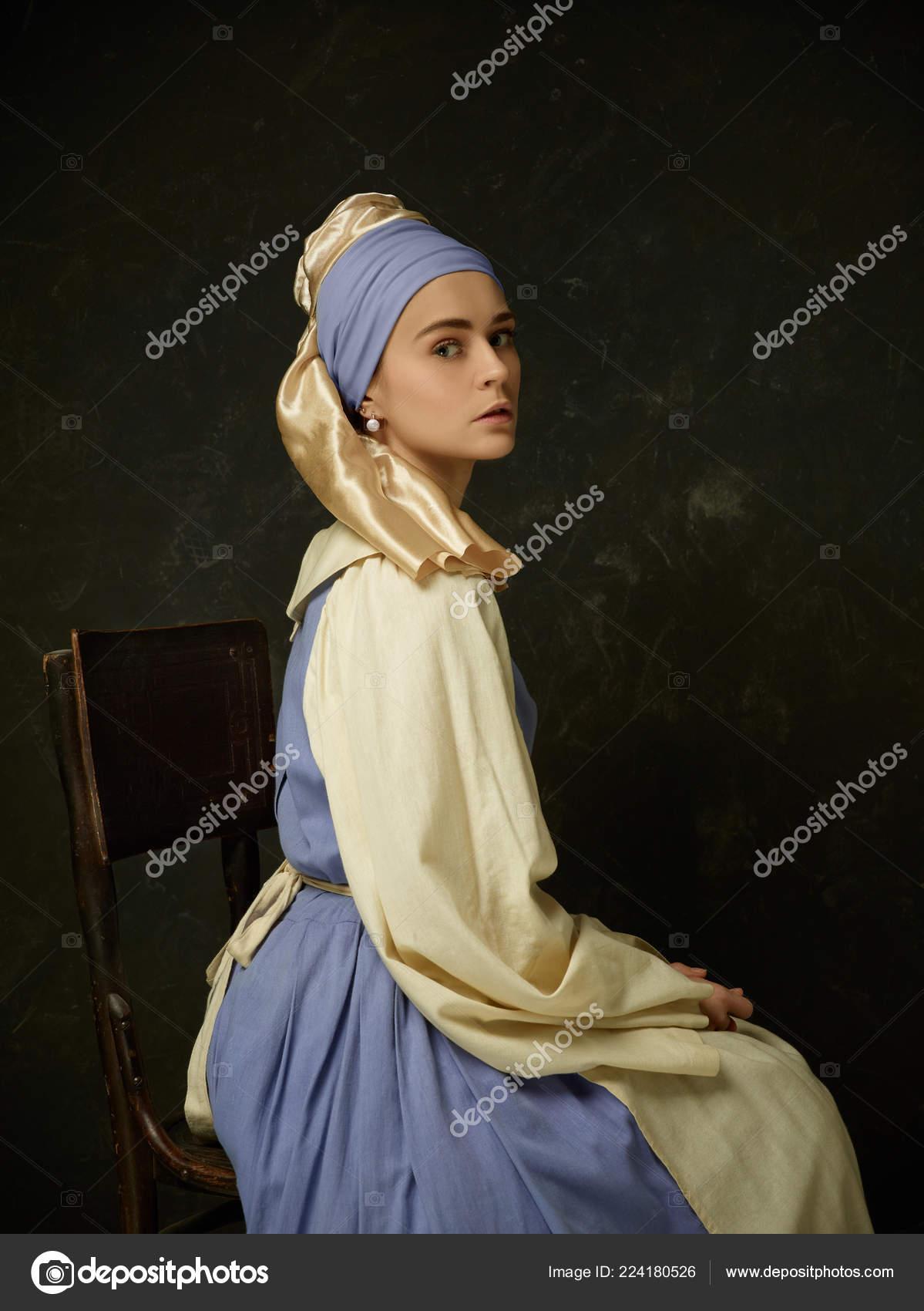 c18adc840 Medieval mulher em traje histórico vestindo espartilho vestido e chapéu. Linda  camponesa usando fantasia de sapinhos — Foto de vova130555 gmail.com