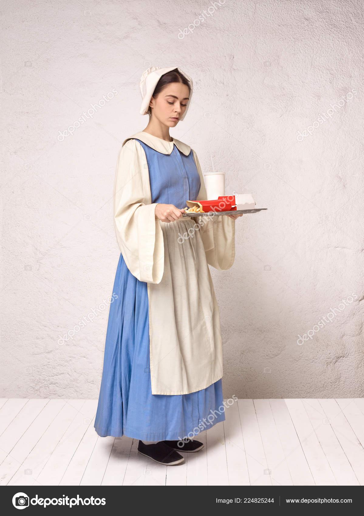 f7c2e8e89 Medieval mulher em traje histórico vestindo espartilho vestido e chapéu. Linda  camponesa usando fantasia de sapinhos — Fotografia por  vova130555 gmail.com