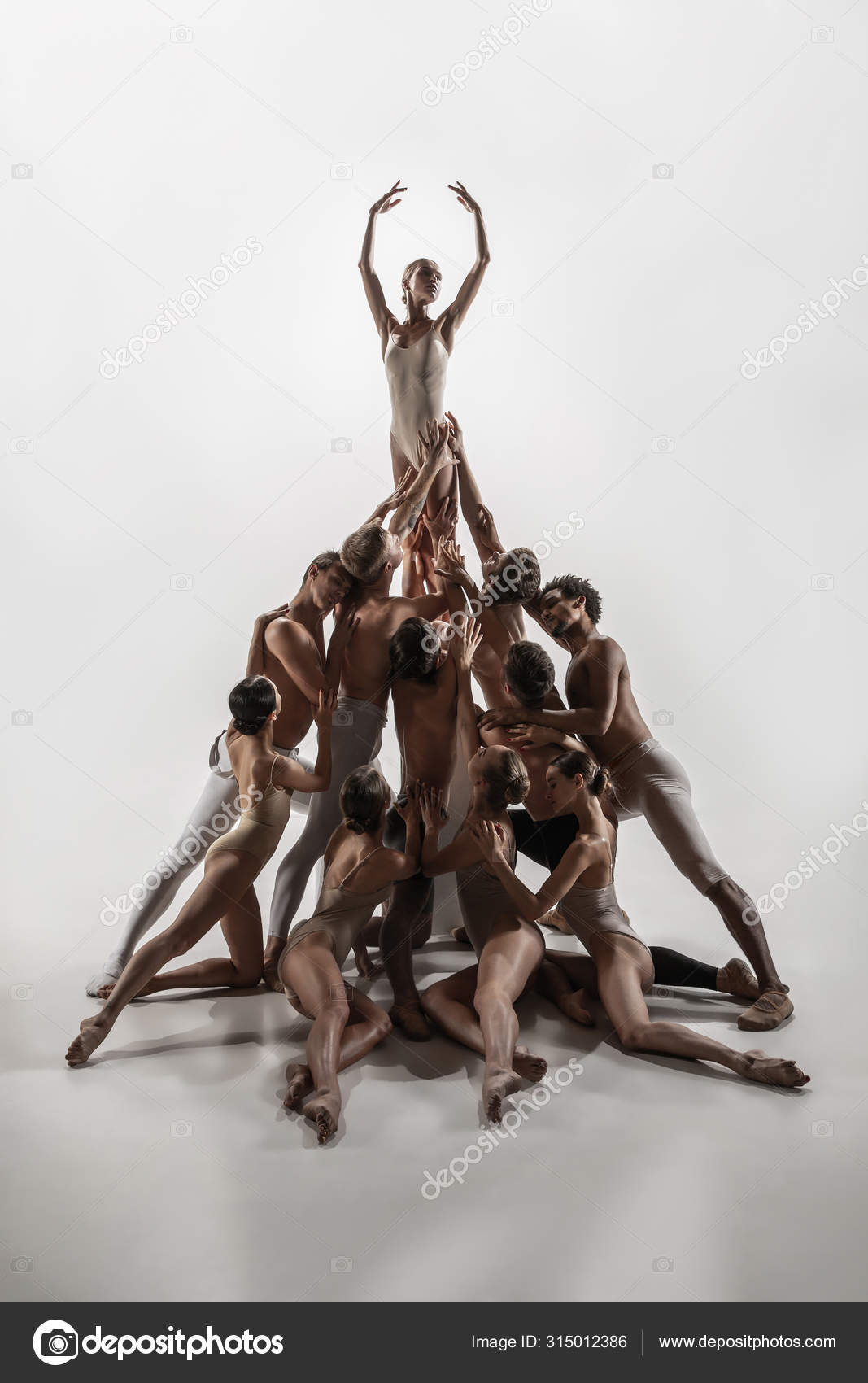 The group of modern ballet dancers. Contemporary art ballet. Young flexible athletic  men and women. — Stock Photo © vova130555@gmail.com #315012386
