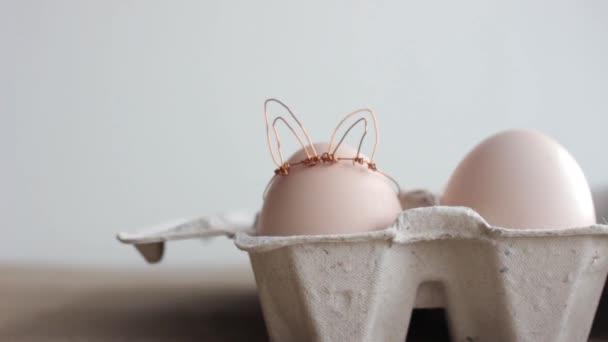 Húsvéti Diy tojás, nyuszi stílusban készült. Minimális húsvéti koncepció, ötlet, nyúl. Kézműves csípő üdülési csomag, kartondoboz