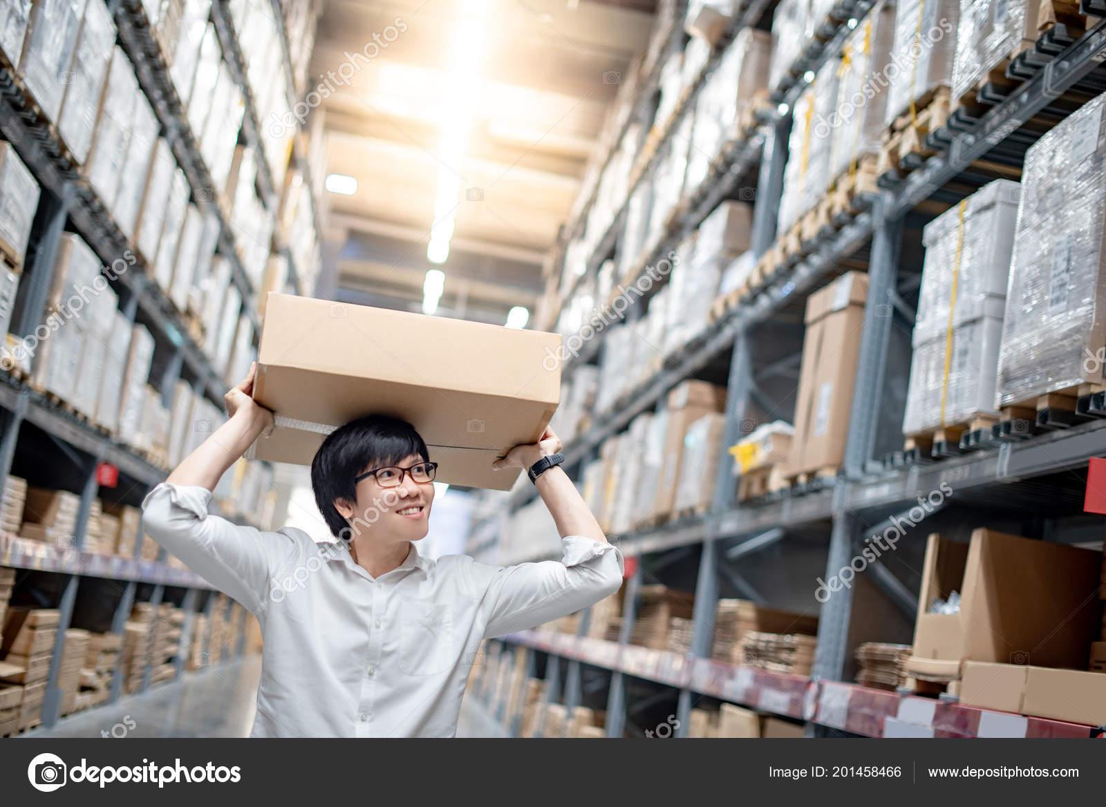 Hombre Joven Asiático Llevando Caja Cartón Sobre Cabeza Entre Fila ...