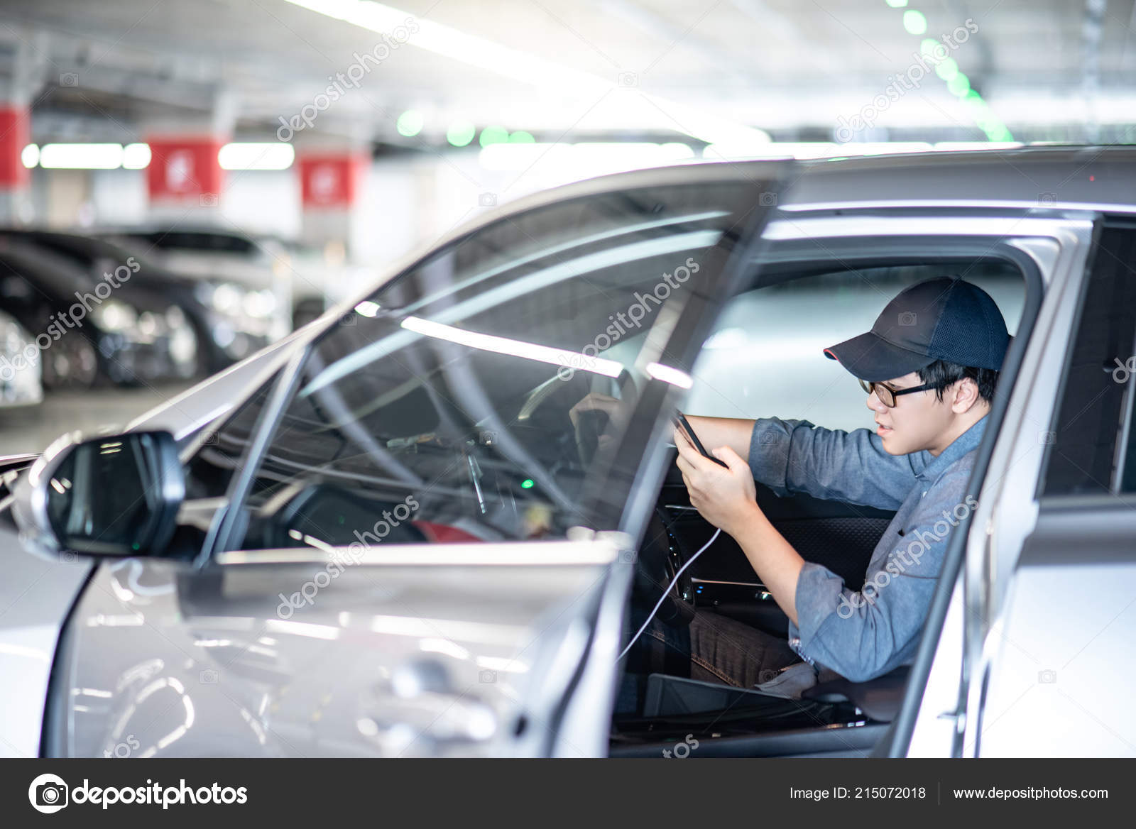 Young Asian Man Glasses Cap Using Smart Phone Gps Navigation — Stock