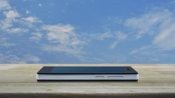 E-Mail flaches Symbol auf modernem Smartphone-Bildschirm auf Holztisch über blauem Himmel mit weißen Wolken, Geschäftskommunikation Online-Konzept