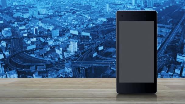 E-Mail-Flache-Symbol auf modernen Smart-Handy-Bildschirm auf Holztisch über Stadtturm, Straße, Schnellstraße und Wolkenkratzer, Business-Kommunikation Online-Konzept