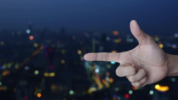 E-Mail-flache Sende-Symbol auf Finger über Blur bunte Nachtlicht Stadtturm und Wolkenkratzer, Business kontaktieren Sie uns Konzept