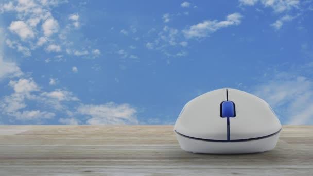 Flache Postikone mit drahtlosen Computer-Maus auf Holztisch über blauer Himmel mit weißen Wolken, Business Kontakt Konzept