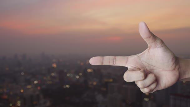E-Mail flaches Symbol auf dem Finger über Unschärfe der Stadtlandschaft bei warmem Licht Sonnenuntergang, Business kontaktieren Sie uns Konzept