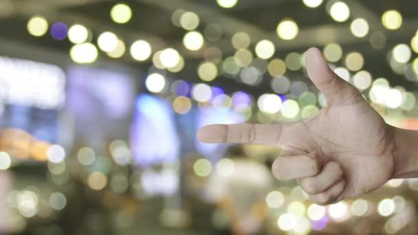 E-Mail flaches Symbol auf dem Finger über verschwimmen Licht und Schatten des Einkaufszentrums, kontaktieren Sie uns