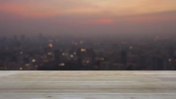 cctv kamera lapos ikon vezeték nélküli számítógép egér fa asztalon elmosódott városkép meleg napnyugtakor, Üzleti biztonság és biztonság online koncepció