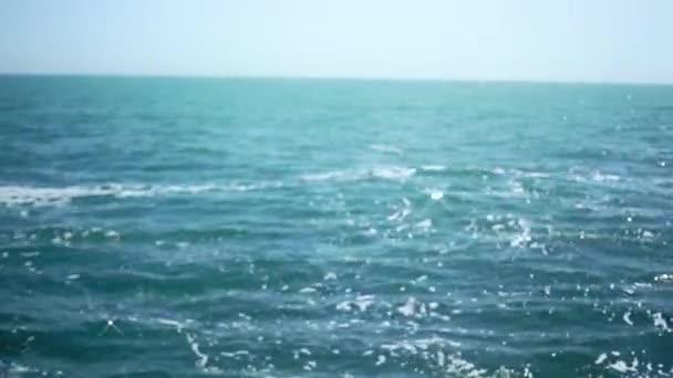 Povrch moře v letním dni. Moře obzor. Slunce oslnění na mořské vlny. Snít o dovolené. Moře pozadí