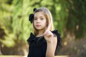 Egy nő, aki semmi jelet nem mutat. Szoros portré boldogtalan, komoly lány felemeli az ujját, mondván: ó, nem, nem te tetted. Sárga háttér felett állok. Negatív érzelmek arckifejezések, érzések.