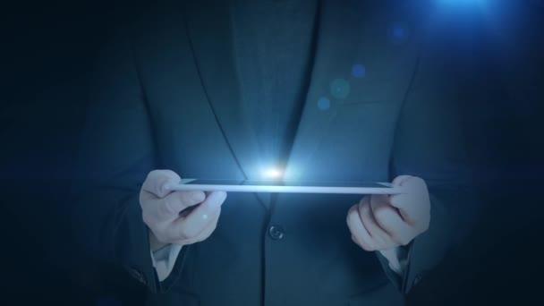 obchodní muž drží tablet hologramm hud projekcí telefonní komunikace ikonu