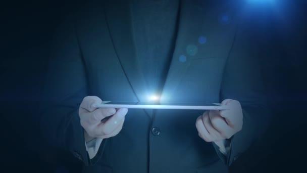 obchodní muž drží tablet hologramm hud projekcí bezpečnostní visací