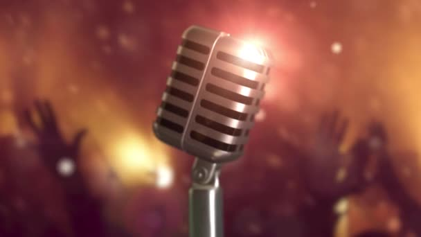 Retro mikrofon fáze. Detailní záběr vintage mikrofon na jevišti. Starý mikrofon na světlé pozadí