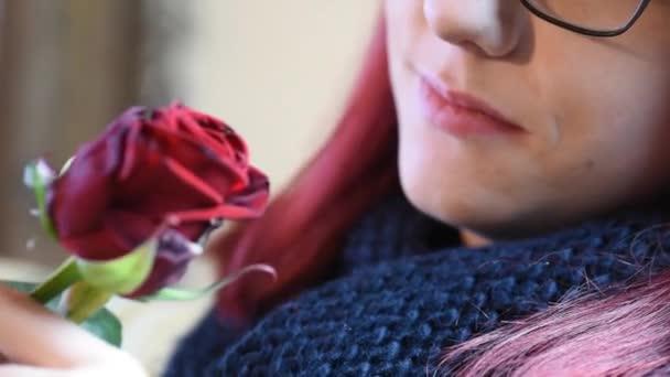 Valentine dárek. Mladá dívka vonící na červené růže