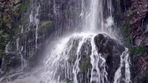 Vodopád v horách v pomalém pohybu, vysokorychlostní naviják. Super slow motion dolly zastřelil.