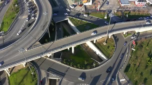 Dopravní křižovatka v Soči. Rozcestí. Letecká fotografie s quadrocopter. Městský provoz. Auta jdou na silnici