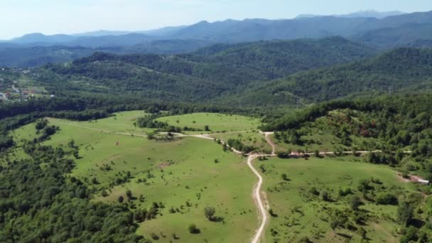 Letecká Střelba. Panoramatický výhled na hory, pole. Modrá obloha. Povaha Kavkazu. Národní Park Sochi. Pohled shora.