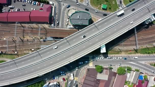 Légi videó lövöldözés. A városi forgalom a felülnézet. Autópálya. Autók, buszok, gyalogosok. Crossroads. Közlekedési csomópont. Sochi, Oroszország. Modern út. Városi infrastruktúra.