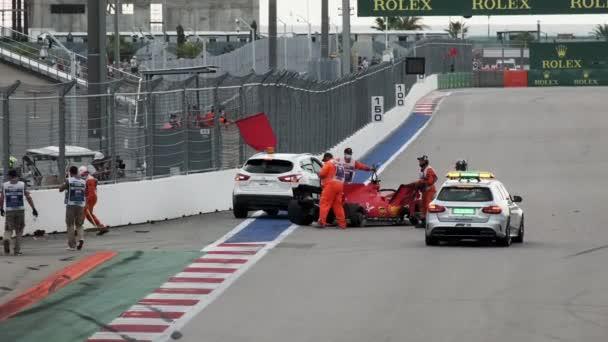 Soči, Rusko - 26. září 2020: Nehoda vozu Formule 1 na trati v Soči. Ruská Grand Prix Soči. Ferrari. Crach