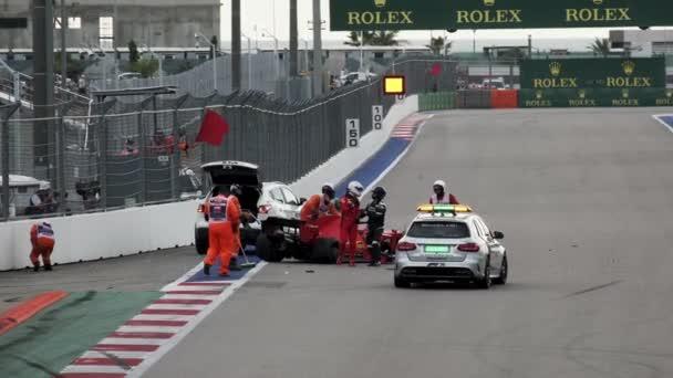 Soči, Rusko - 26. září 2020: Nehoda vozu Formule 1 na trati v Soči. Ruská Grand Prix Soči. Ferrari auto. Crach auto