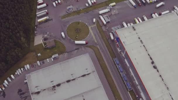 Letecký záběr náklaďák s připojené Semi přívěs opuštění skladu komplex