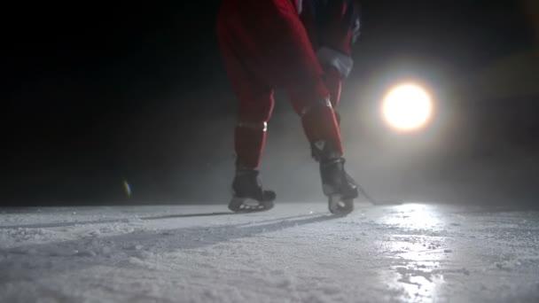 Hokejista odebere rukavice pro boj proti soupeři
