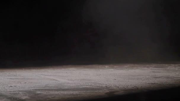Hokejista se leskne ledu na vysoké rychlosti brzdění v kanadské stylu