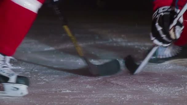 Dva hokejisty plácat PUK s holemi