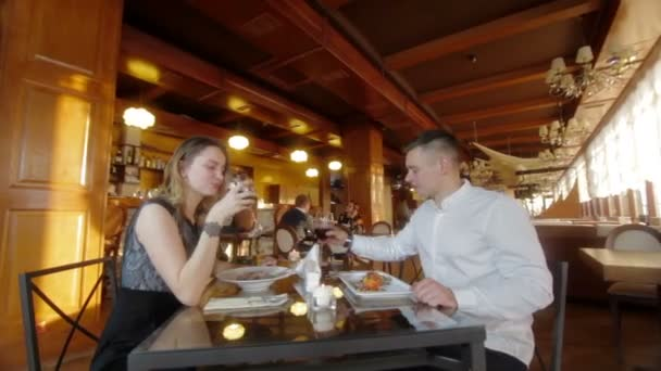 Pár rozhovoru a večeře v restauraci