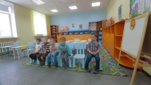 Gyerekek kap a tudás, és válaszolni a kérdésekre a tanár