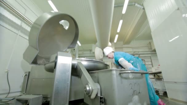 Munkavállaló termel kolbász a gyorsbüfé élelmiszer előállítására szolgáló berendezések