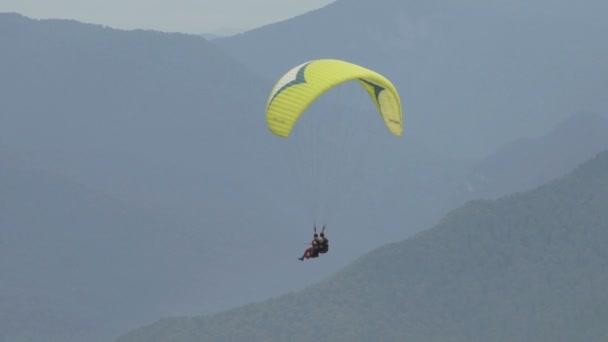 Ejtőernyős csúszott két ember-hegységre a lassú mozgás