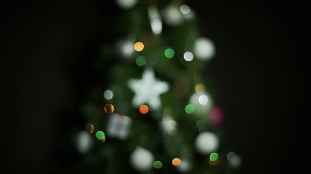 Vánoční koule a osvětlení na vánoční stromeček. Shot s barevnými bokeh rozostření