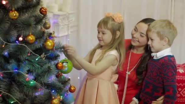 Rodina, zdobení vánočního stromu