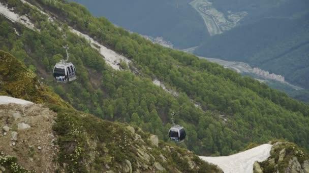 A légi felvétel a hegyi sípálya és a sífelvonó, a kabinok