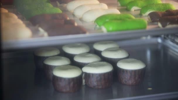 Košíček. Pečení v troubě. Čas časosběrné záběry vaření muffiny a Eclair