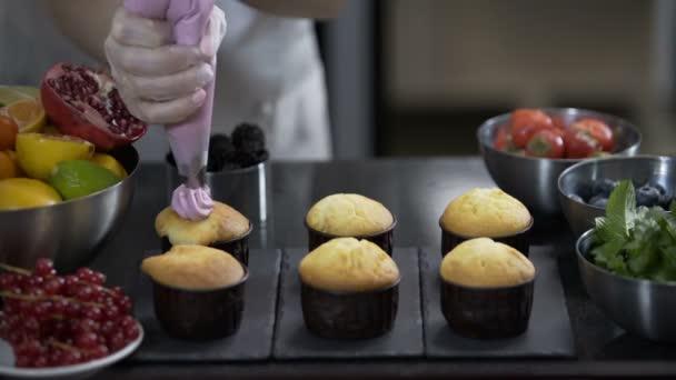Zdobení cup dort se smetanou. Pomocí vaření pytel, cukrář takže muffiny