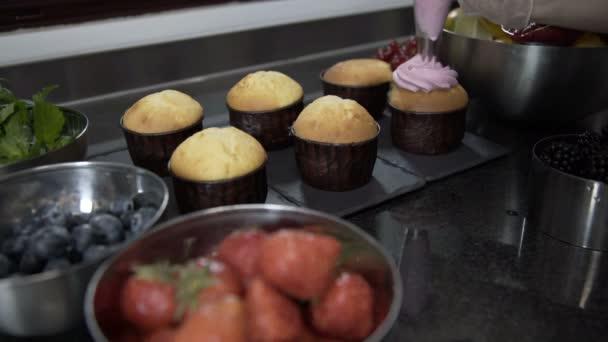 Uvedení borůvkovým krémem na chutný dort. Raw dort na pekáč